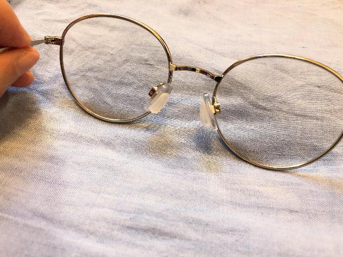 メガネに鼻パッドつけた写真
