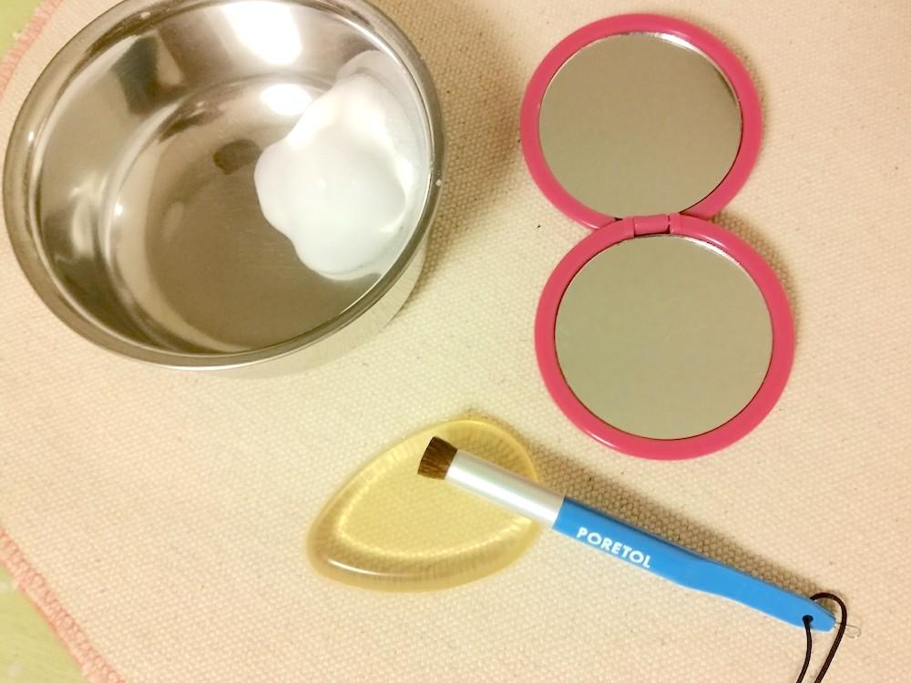 角栓ブラシポアトルブラシと泡だてた洗顔料と手鏡