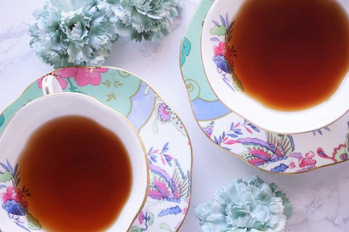 おしゃれなカップに入った紅茶