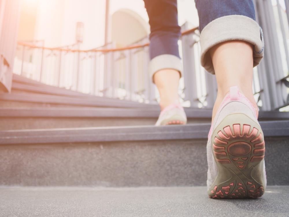 階段をのぼる女性の足元