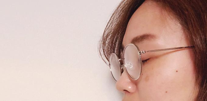 ノーズパッドをつけたメガネをかけた写真