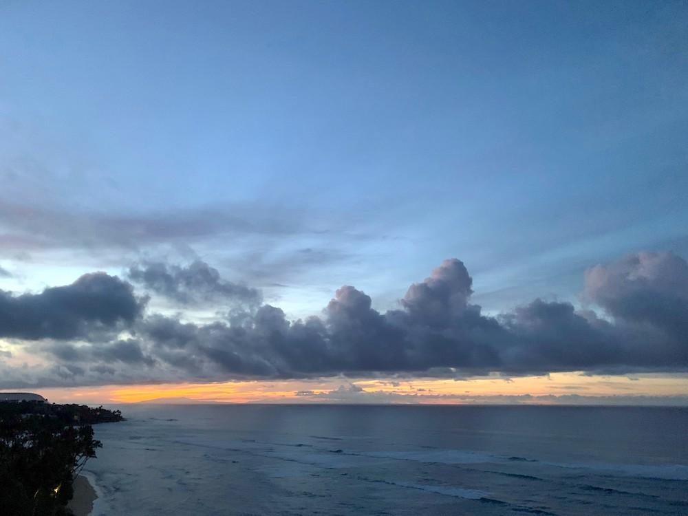 火が落ちたハワイの海