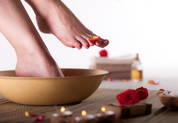 足湯をしている女性の足元イメージ画像