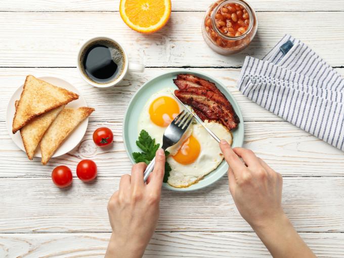 朝食を食べている様子