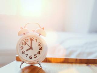 朝の光を浴びた目覚まし時計