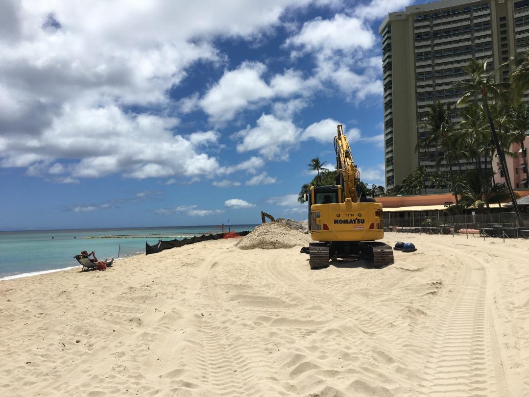ロイヤルハワイアンの前のビーチ工事