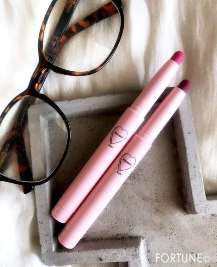 """《2020夏限定》イガリシノブさんプロデュースのWHOMEE『マットリップクレヨン』にオシャレカラー2色が登場!メガネに似合うが追求された""""オシャ♡リップ"""""""