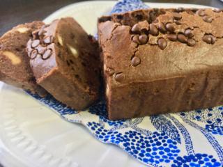 カットされた米粉のココアパウンドケーキ