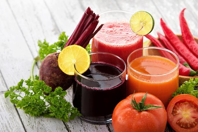 トマトやにんじんなどの野菜と野菜ジュース
