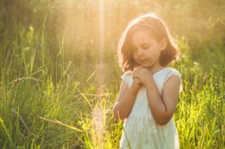 祈る女の子の写真