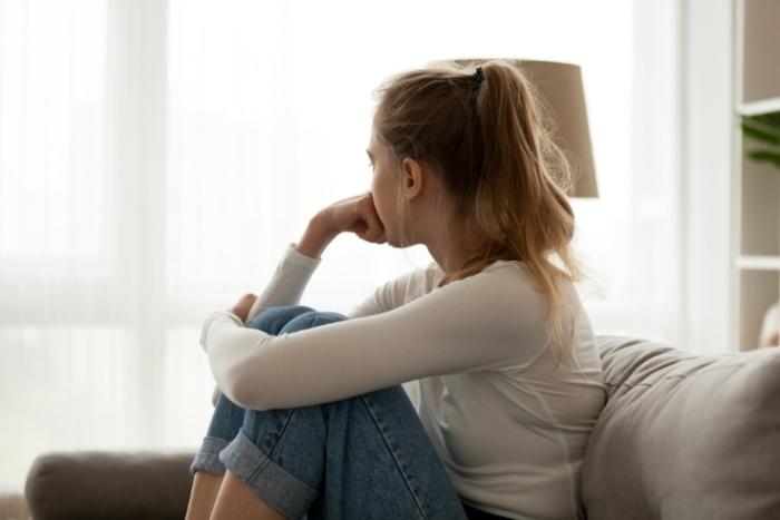 ひざを抱える女性の画像