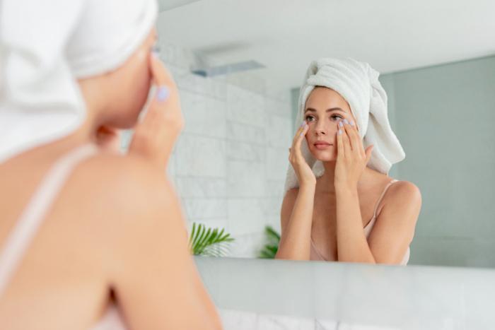 鏡を見てお手入れをしている女性