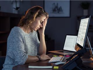 パソコンの前で疲れた様子の女性