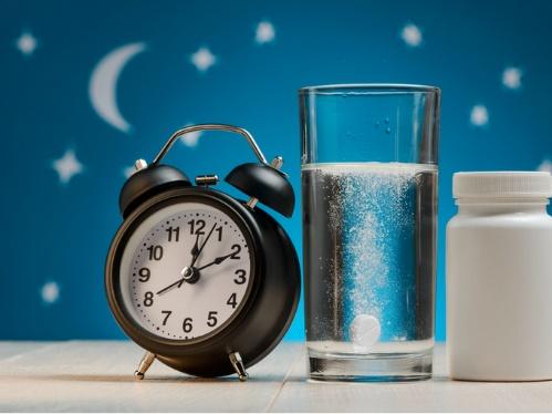 コップの水に溶ける睡眠薬と目覚まし時計
