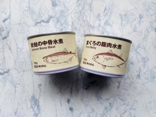 秋鮭の中骨水煮(左)と、まぐろの腹肉水煮(右)