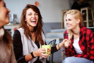 談笑する女性の画像