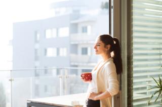 窓際でリラックスしている女性の写真
