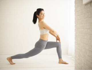 【動画あり】14kgやせトレーナーが教える!「伸ばすだけ」でお腹と脚が同時に細くなる方法