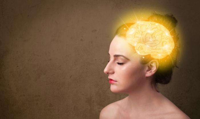 脳が金色に光る女性の画像