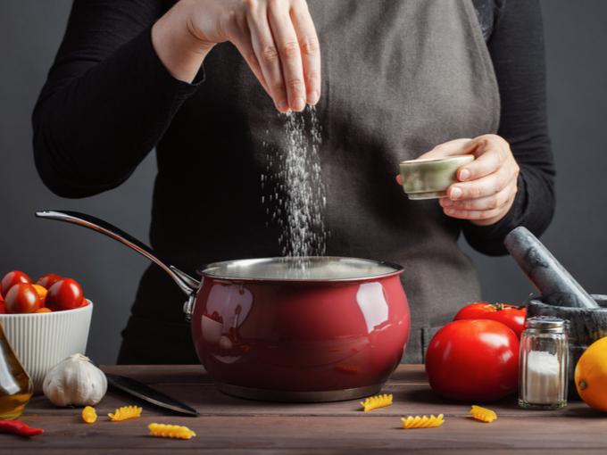 鍋に塩を入れる様子