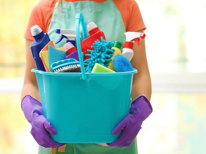 たくさんの掃除道具を持っている人の手元