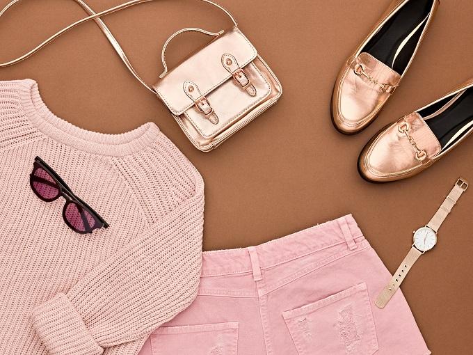 ピンク色の服やカバン