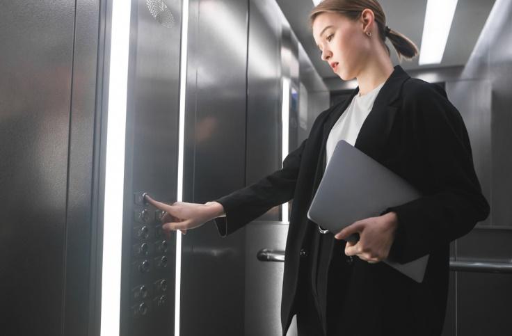 エレベーターに乗る女性の画像