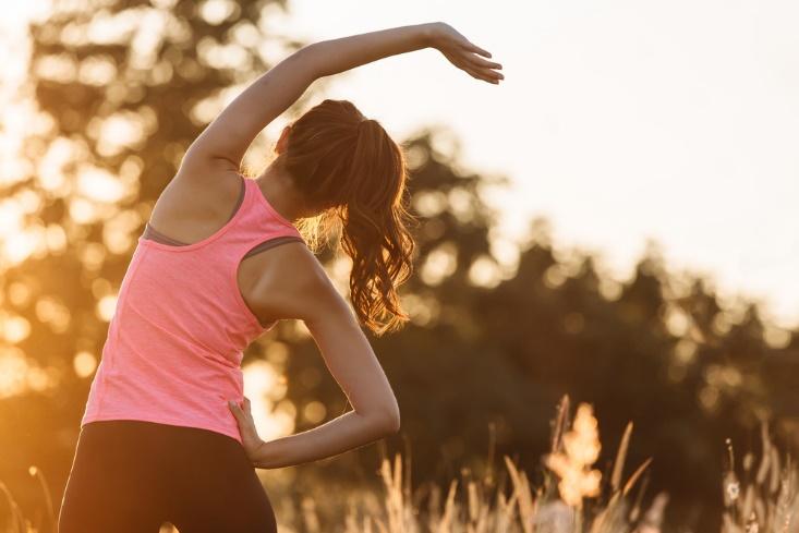 準備体操をする女性の画像