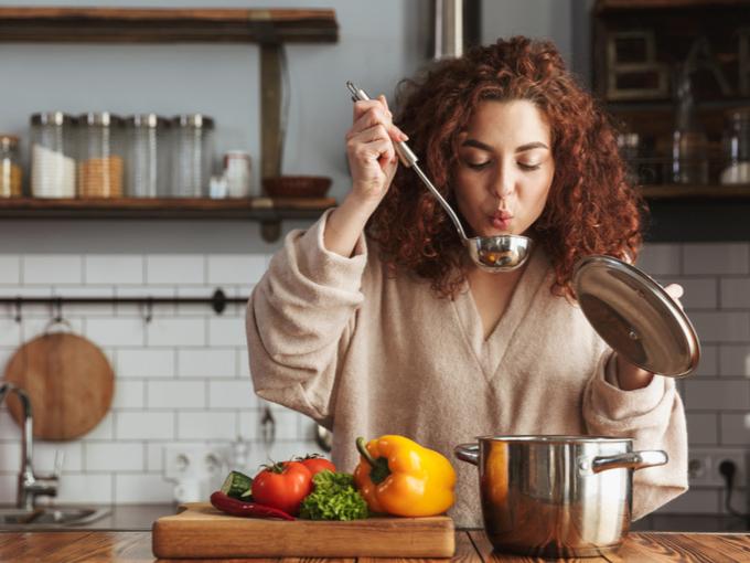 キッチンでスープを作る女性