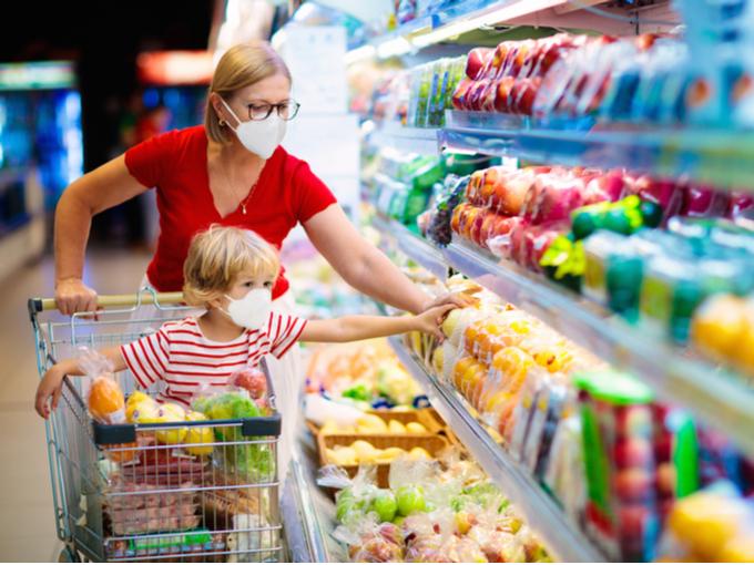 マスクをしてスーパーで買い物をする親子