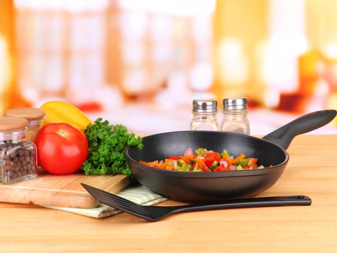 フライパンと野菜と調味料