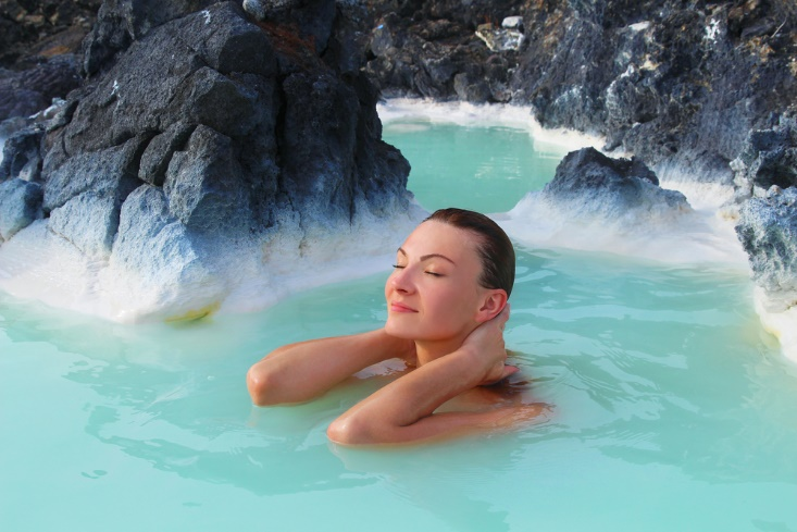 温泉につかる女性の画像