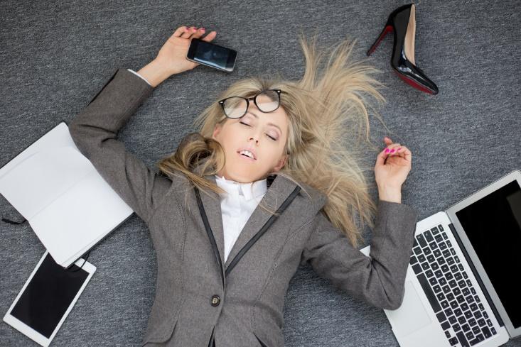 床に倒れる女性の画像