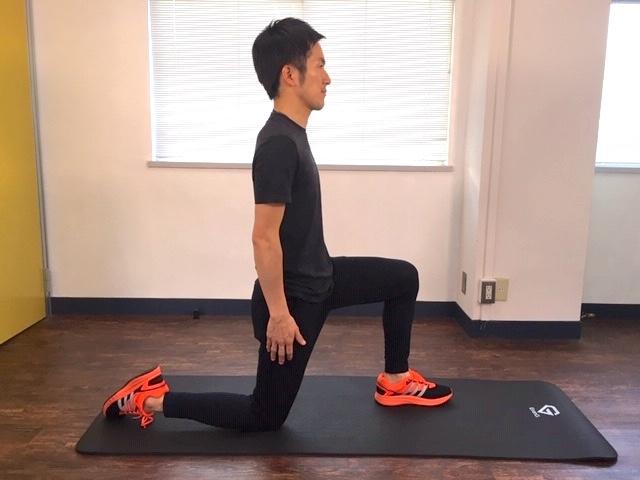 左脚を前、右脚をうしろに開いた片ひざ立ちのポジション