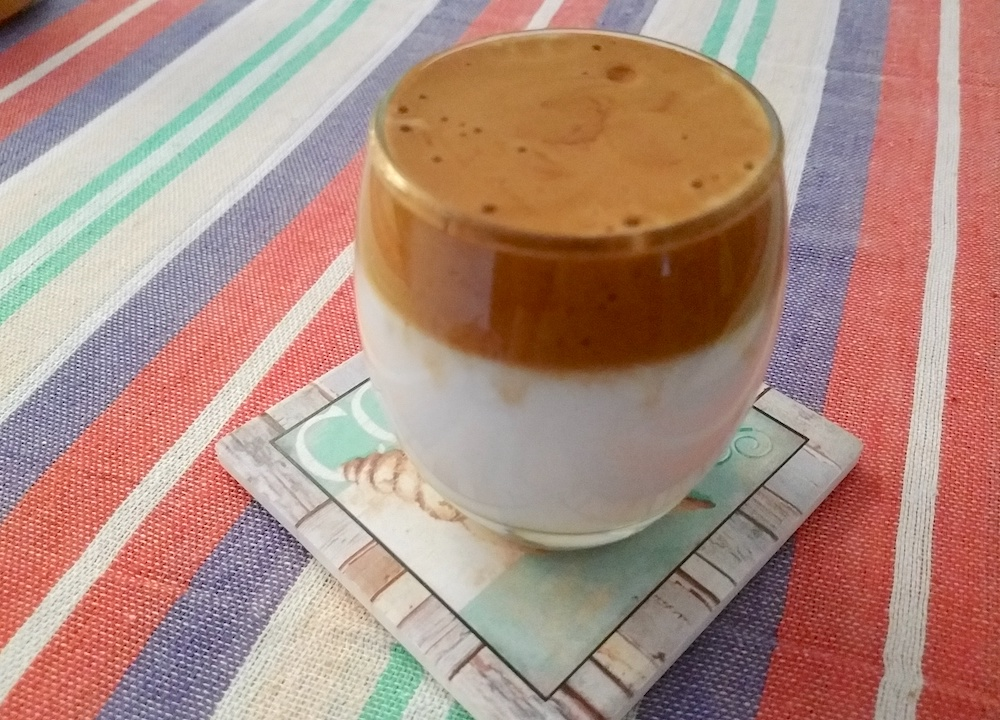 トッピングをのせる前のダルゴナコーヒー