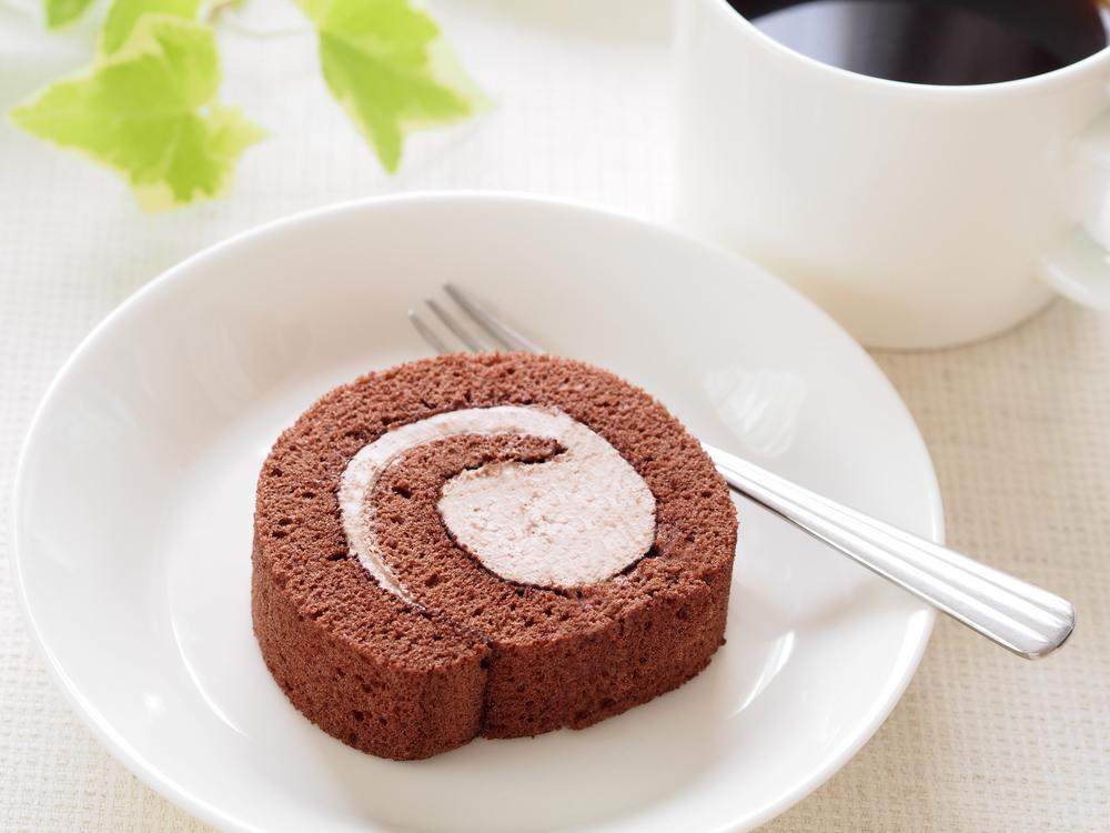 お皿にのったロールケーキ