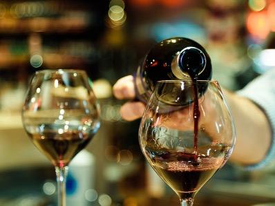 グラスにワインを注ぐ様子