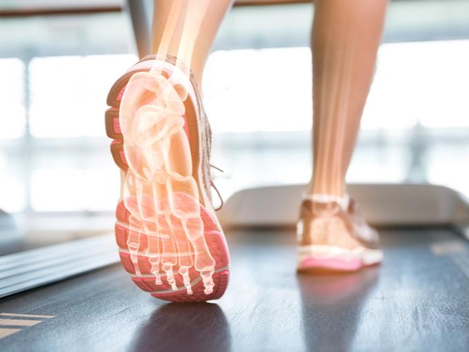 足の骨がすけているウォーキングの画像