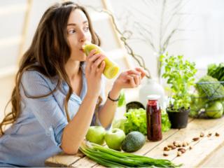 野菜ジュースを飲む女性