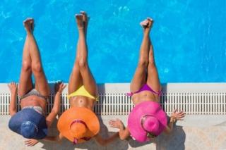 プールサイドにいる3人の女性の画像