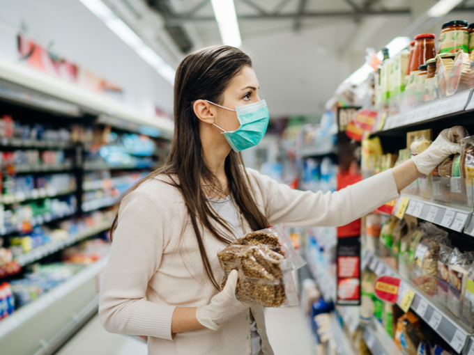 スーパーで食材を選ぶマスクをした女性