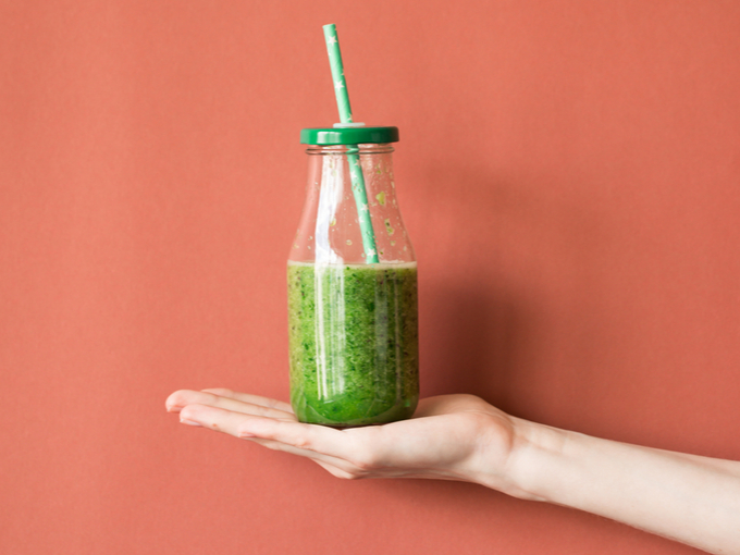 手のひらにのせた野菜ジュース