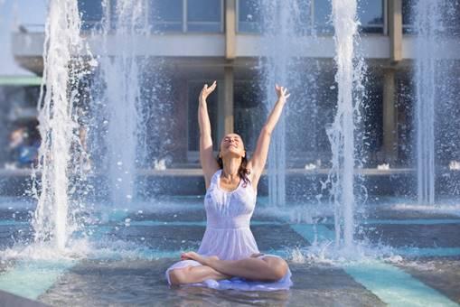 水浴びしながらクールダウンしている女性の写真