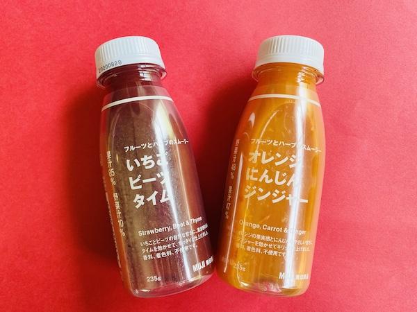 フルーツとハーブのスムージーの「いちご ビーツ タイム」(左)と「オレンジ にんじん ジンジャー」(右)