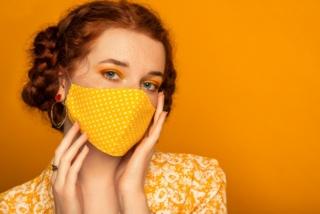 オレンジ色のマスクをした女性