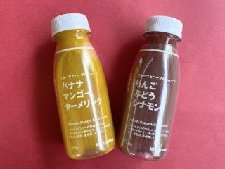 フルーツとハーブのスムージーの「りんご ぶどう シナモン」(右)と「バナナ マンゴー ターメリック」(左)