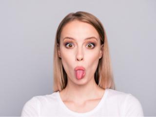 舌を伸ばす女性