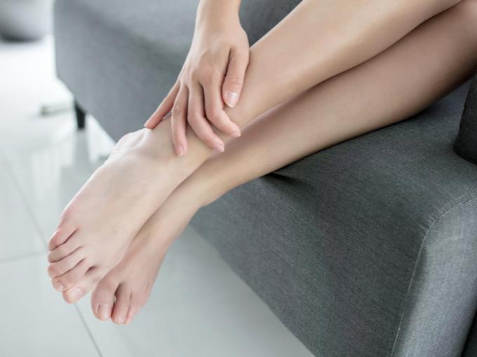そろえた女性の足