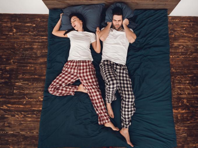 女性のいびきで眠れない男性