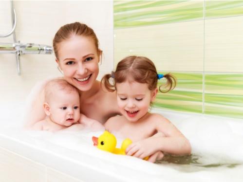 子供2人と一緒にお風呂に入るママ